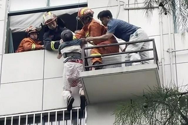 8旬老人被困6楼窗外空调外机放置平台 消防紧急救援