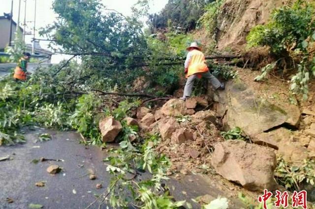 湖北夷陵干群积极开展强降雨灾后自救