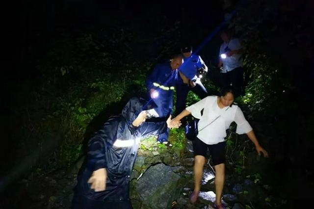 18名群众深夜被困山洪 十堰民警3小时成功救援