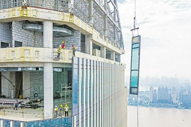 汉口沿江最高建筑加紧建设 300米高空安装玻璃幕墙