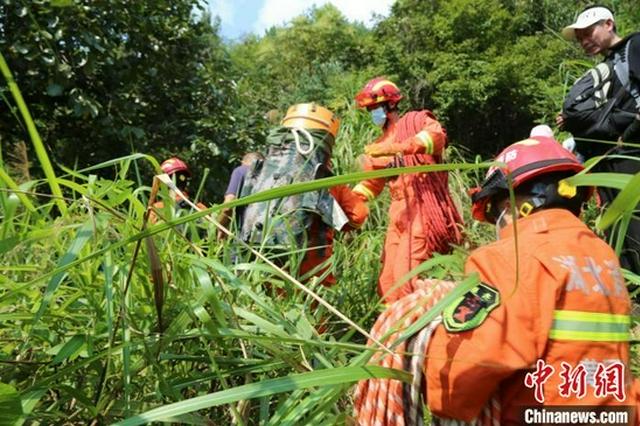 湖北黄冈:驴友探险不慎跌落 多方力量救援