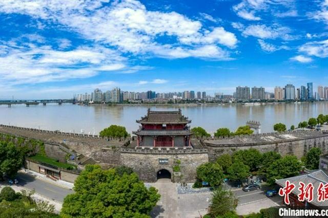湖北襄阳:蓝天白云映古城