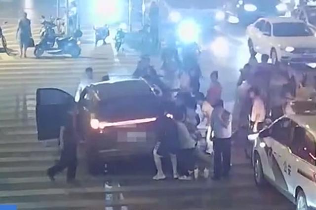 湖北黄石:男子被卷车底 警民合力抬车救人