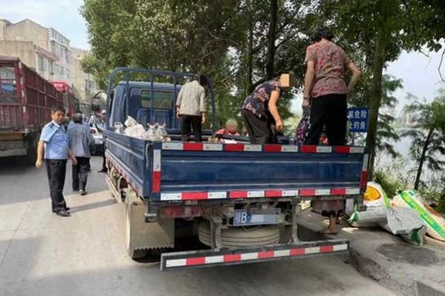 无证驾驶还违法载人 大冶一货车司机被抓现行