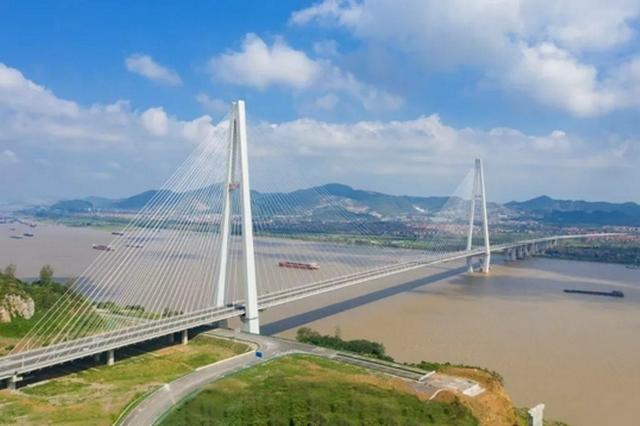 湖北两座长江大桥同日通车