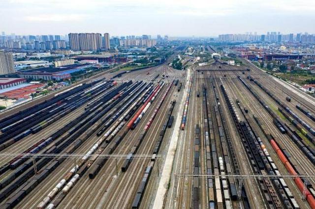 湖北襄阳迎电煤货运列车转运高峰