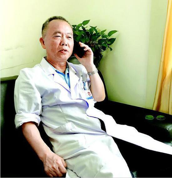 图为天佑医院心血管内科主任韩红彦在接听患者来电