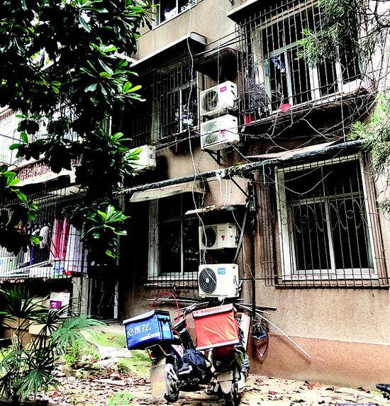 图为:武昌东湖路某单位宿舍内一住户的充电插头从天而降。