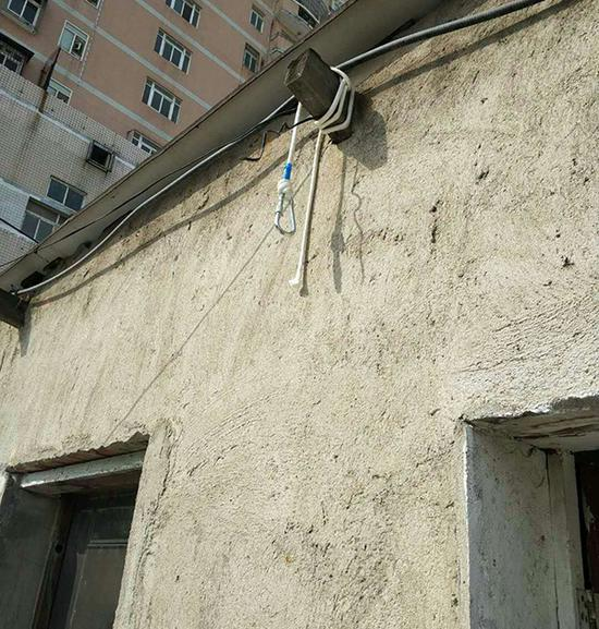 悬挂的登山绳子和房梁。