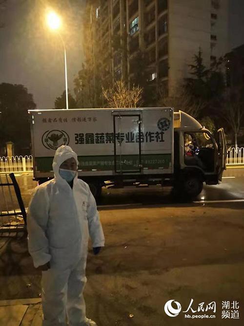 武汉封城期间送菜至深夜的李志方,图自人民网