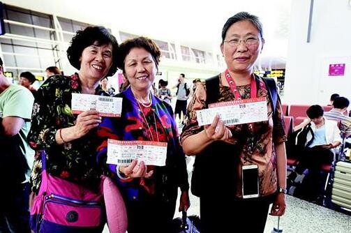 图为:3名进藏旅客展示手中的机票