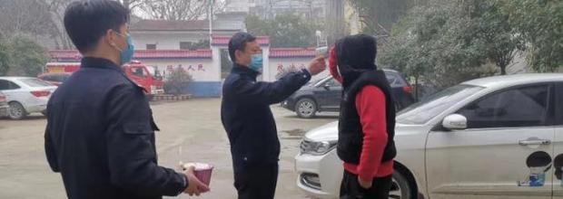 武汉一男孩送女友被困蕲春 车上生活半月被民警救助