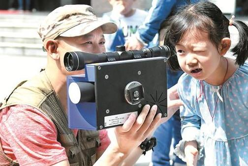 一名小朋友体验地震监测设备 楚天都市报记者黄士峰摄