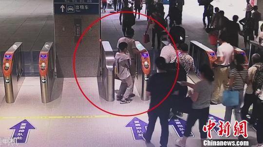 火车站监控拍到男孩离开车站 铁路警方提供