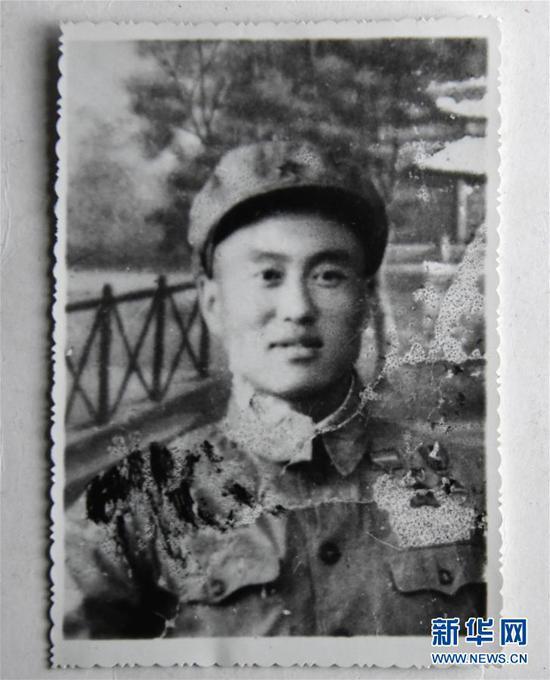 张富清年轻时的照片(3月30日翻拍)。新华社记者 程敏 摄