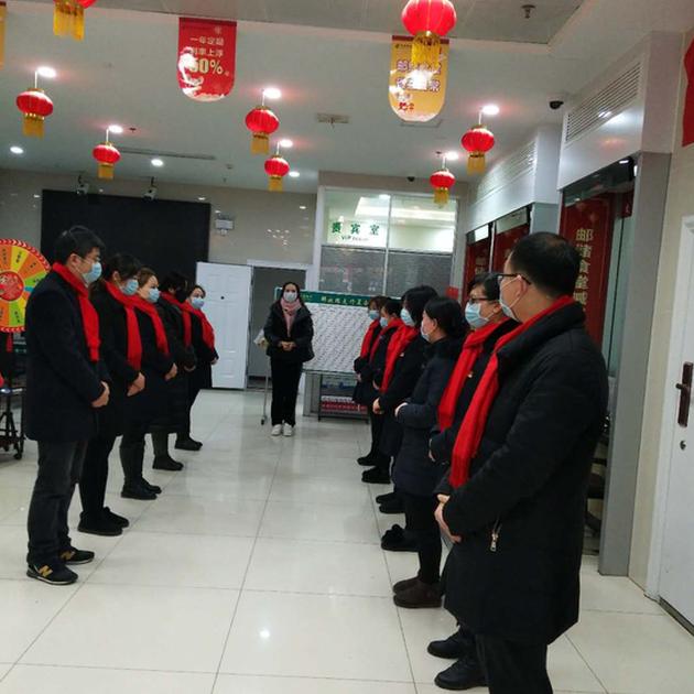 邮储银行湖北省分行要求全省员工必须佩戴口罩上班。