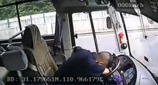 将车停稳后,刘明杰趴在方向盘上,全身痉挛。湖北宜昌交运集团公司供图