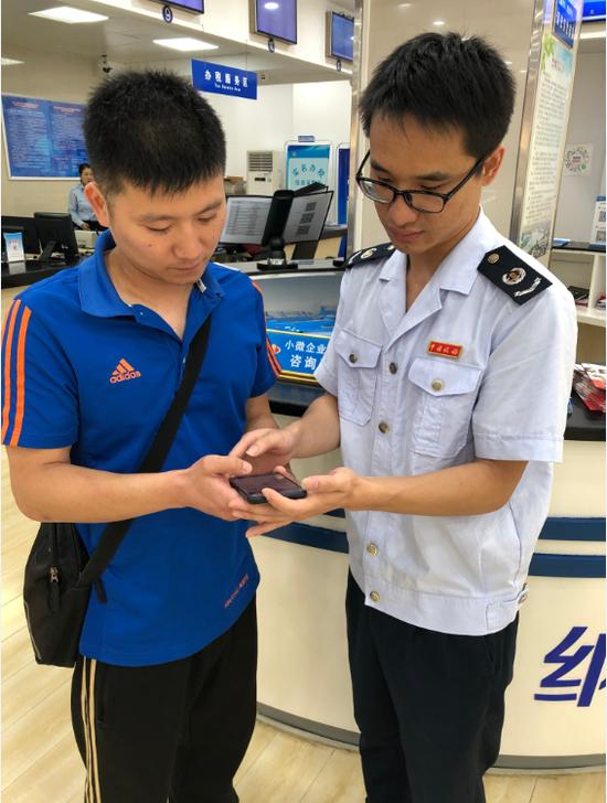 新洲税务部门新举措营造良好营商环境 村民手机上缴纳医保费