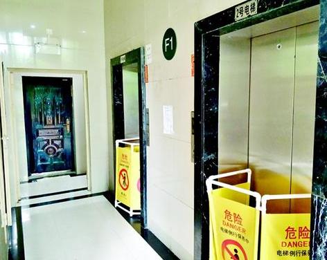 图为两部电梯全部停摆