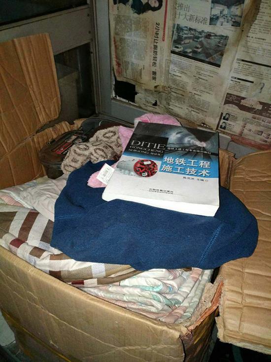 罗正宇回武汉时,放了袋东西到同学刘文峰租住的地方,至今都没有取回。里面有被子、衣服,和一本《地铁工程施工技术》的书。