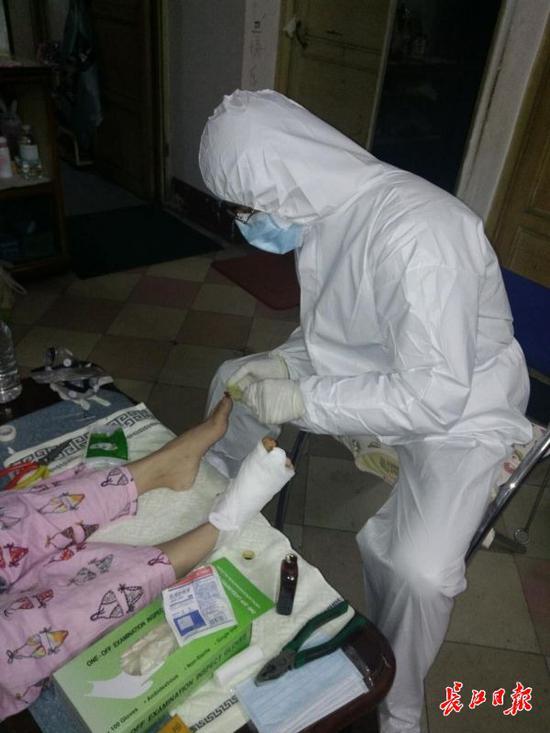 肖凯医生在病者家中为万女士取钢钉 (病人家属供图)
