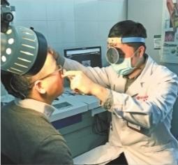 姚琦医生在为患者做鼻镜检查 通讯员童天玄 摄