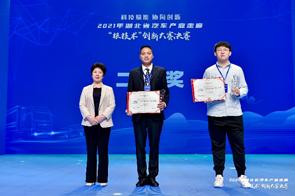 十堰市政府副市长刘运梅为获得二等奖的单位颁奖