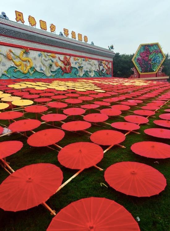园博园摆放的红黄油纸伞。记者李永刚 摄