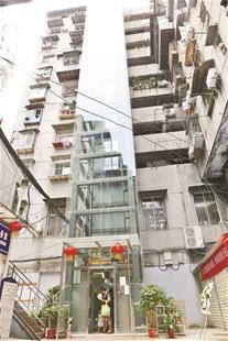 图为江汉区花楼水塔街前进社区80号楼新装的观光电梯