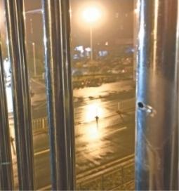 红旗渠路人行天桥栏杆上的圆孔 记者姚传龙 摄