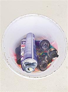 图为袁先生家人捡回的可疑金属罐