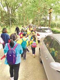 图为前天武汉重度污染,但东湖公园游人如织 楚天都市报记者余彬摄