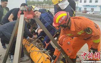 宜昌5名工人掉入深水池被困 消防紧急救援