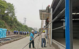 伍家岗区整治铁路沿线环境 拆除近万平米违建
