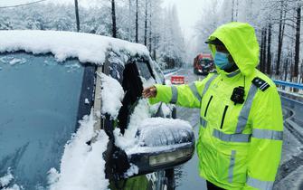 远安百余名民警紧急打响风雪雨夜抗疫阻击战