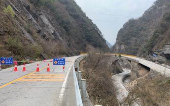 318国道路基突然垮塌 长阳两村民舍命拦车示警