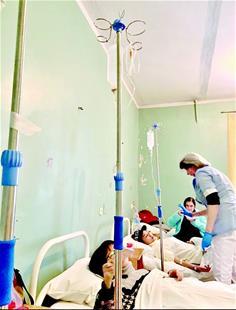 图为发病游客在当地医院接受治疗