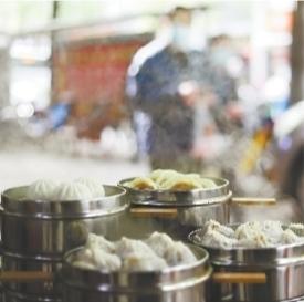 江大路一家早点店门前热气腾腾的蒸饺、小笼包等 长江日报记者杨涛 摄