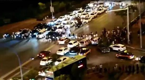 居民堵路造成拥堵。图片来源:荆门警事