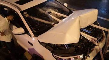 湖北一SUV被护栏插入车身2人受伤