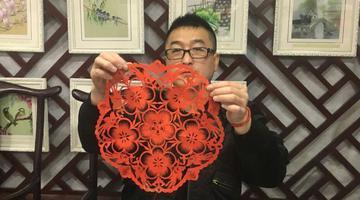 小伙坚持剪纸25年 融合中国南北手艺文化
