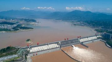 三峡枢纽泄洪腾库迎接新一轮涨水