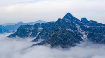 湖北保康云雾绕群山 雪后山乡如画境