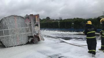 载30吨乙醇槽罐车侧翻 湖北消防紧急处置