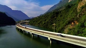 """湖北兴山""""水上公路""""秋景如画"""