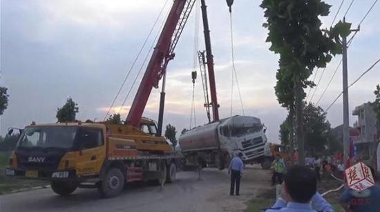 荆州一建筑工地突然杀出工程车 致油罐车躲闪不及侧翻