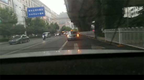 警车正在给出租车开道 警方供图