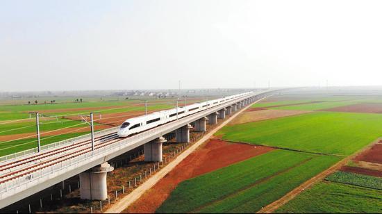 襄阳东开往郑州东的G4058次列车行驶在豫鄂省界至襄阳东津区朱集镇的白河特大桥上。(视界网 陈振 摄)