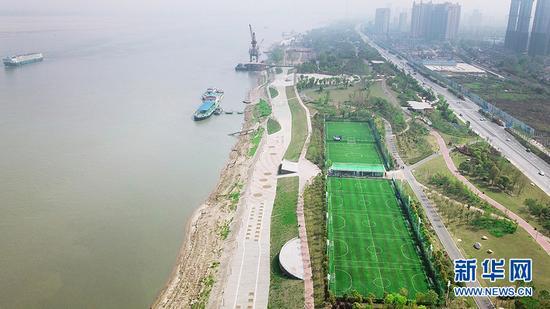 图为航拍武汉青山江滩