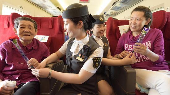 列车工作人员为母亲们送上康乃馨